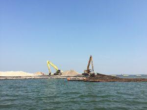 Zo bouwen Nederlanders een dijk: zand opspuiten, mat van wilgentenen eroverheen, dan stenen erop