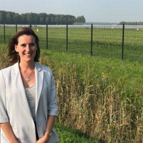 Amélie Strens bij zonnepark de Groene Hoek